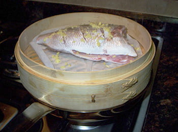 Нежирная рыба на пару хорошо подходит при заболеваниях желудка